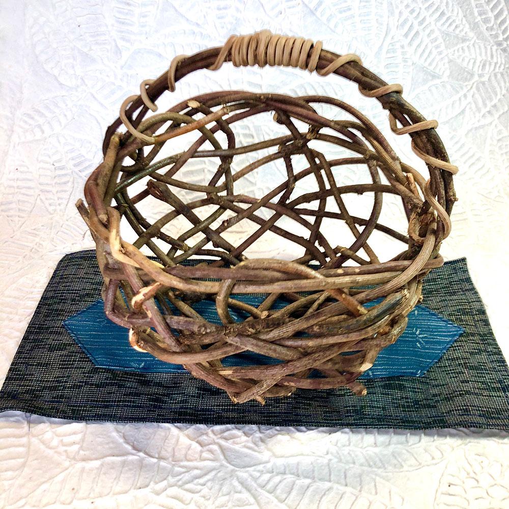 アケビ蔓でつくる乱編みカゴ