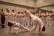 ブラジルの伝統技カポエィラを学ぶ、踊る